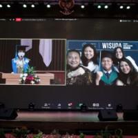 Momen Wisudawan bersama keluarga melalui Zoom