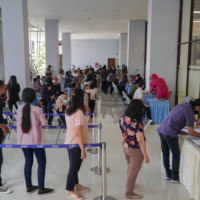 Calon penerima vaksin mendatangi Exhibition Hall, Gedung B lantai 1