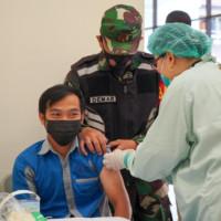 Penyuntikan vaksin kepada dosen dan pegawai UK Maranatha