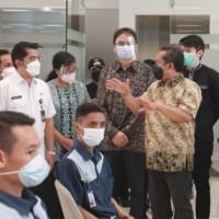 Wakil Wali Kota Bandung, Yana Mulyana, meninjau langsung proses kegiatan vaksinasi di kampus Maranatha
